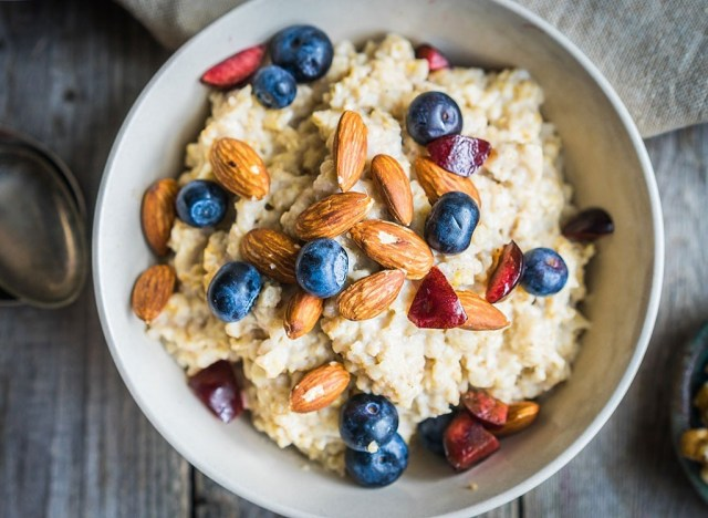 Oatmeal with almonds and berries